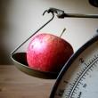 Waage mit Apfel