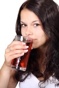 Almased trinkende Frau